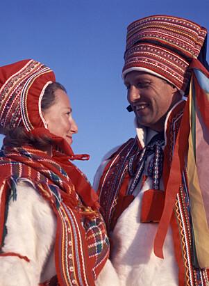 <strong>SAMEDRAKT:</strong> I 1969 besøkte Sonja og Harald Karasjok og mottok hver sin samedrakt i gave. Foto: Jan Dahl / NTB Scanpix
