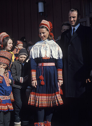 <strong>GAVE:</strong> Mens Harald gikk i dress, bar Sonja samedrakta utenfor Kautokeino kirke i 1969. Foto: NTB Scanpix