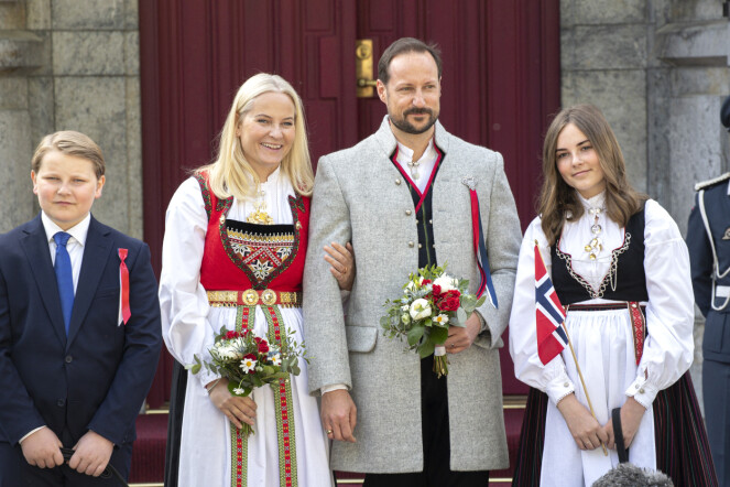 <strong>FORSKJELLIGE BUNADER:</strong> I fjor droppet prins Sverre Magnus bunaden, mens resten av kronprinsfamilien stile i hver sin. Foto: Andreas Fadum / Se og Hør