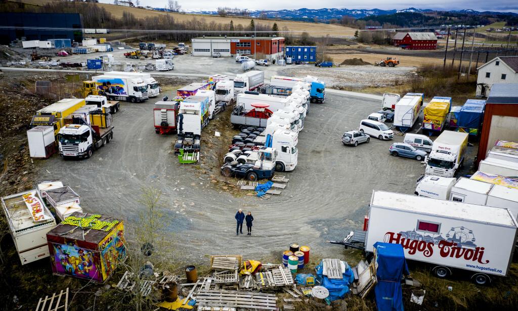 BRÅSTOPP: Hugos tivoli har gjort sine største investeringer før denne sesongen. Nå er den lagt på is. 37 lastebiler står parkert, mens karusellene er stuet sammen i en gammel militærleir. Foto: Lars Eivind Bones / Dagbladet