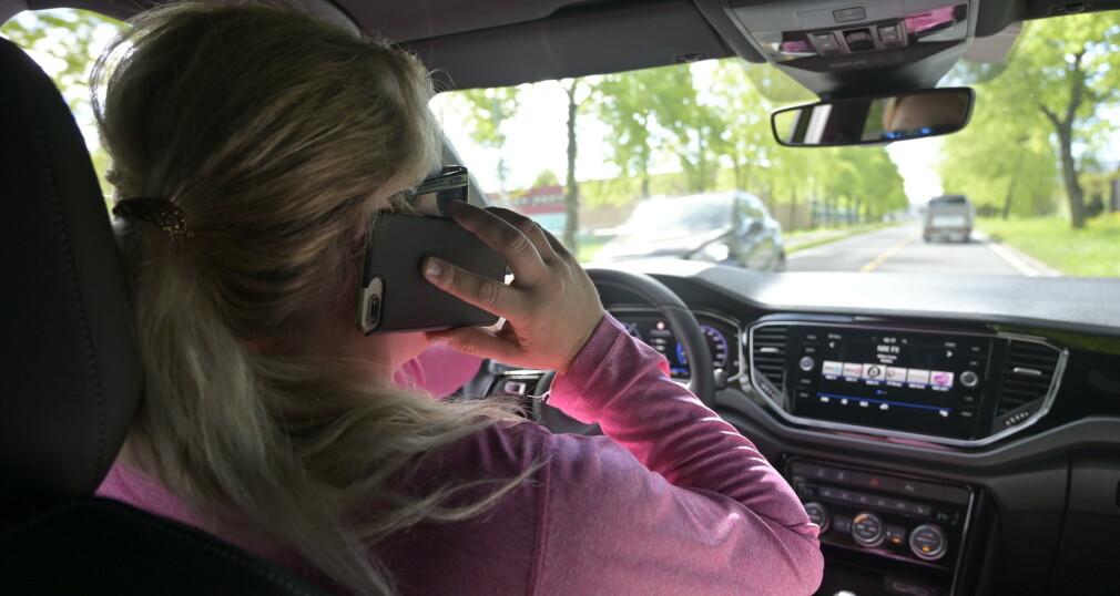 DETTE MÅ BLI STRENGERE: Å snakke i håndholdt mobiltelefon tar stjeler masse oppmerksomhet fra kjøringen om må straffes langt hardere enn i dag, mener Trygg Trafikk. Foto: Rune M. Nesheim