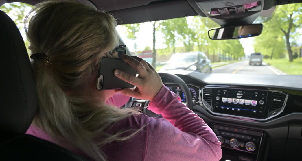 <strong>DETTE MÅ BLI STRENGERE:</strong> Å snakke i håndholdt mobiltelefon tar stjeler masse oppmerksomhet fra kjøringen om må straffes langt hardere enn i dag, mener Trygg Trafikk. Foto: Rune M. Nesheim
