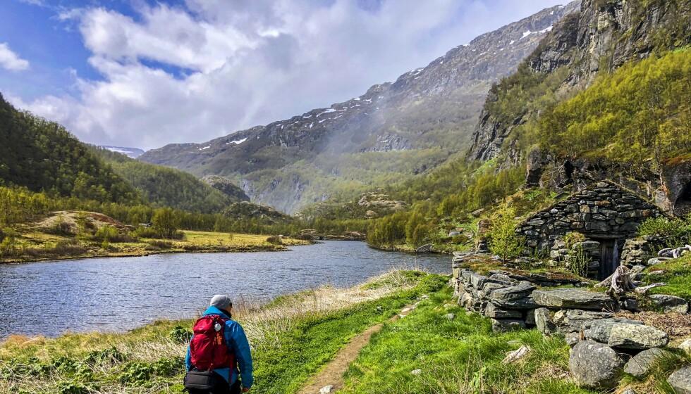 Stien snor seg langs fjellsider og rundt vann. Her ved Nesbøvatnet. Foto: Torild Moland