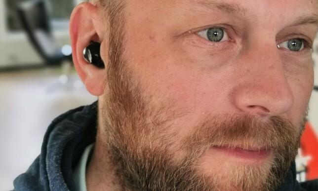 KOMFORTABLE: Galaxy Buds+ ligger ganske mykt og fint i øret uten å føles pressende. Foto: Pål Joakim Pollen