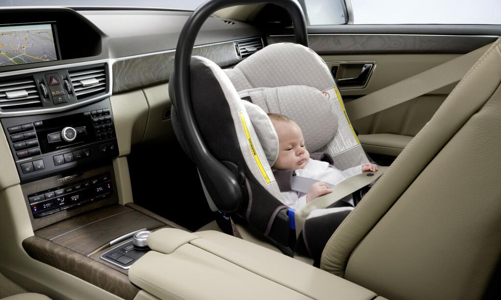 FARLIG FOR BARN: Sensoren i forsetet på en del modeller fra Mercedes-Benz klarer ikke å kjenne igjen et barnesete. Det kan bety at kollisjonsputen løser ut mens det sitter et barn der. Foto: Mercedes-Benz