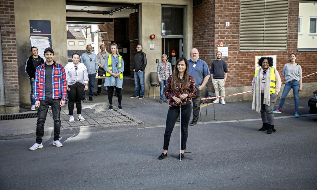 PÅ TRYGG AVSTAND: Smittevernreglene står i fokus hos Nav, og de ansatte ved Nav Grünerløkka har måttet ty til kreative løsninger for å kunne holde kontoret åpent for brukerne under coronarkrisen. Foto: Jørn H. Moen