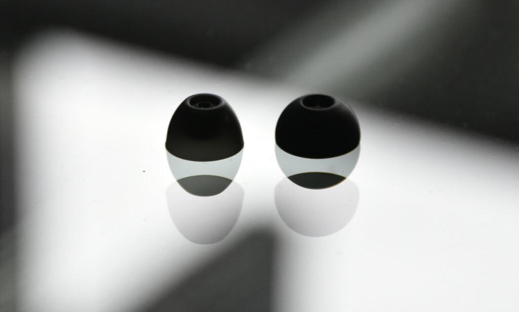 STOR FORSKJELL I LYDEN: Samsungs største øretupper (til venstre) kontra de største fra Sennheiser (til høyre). Foto: Pål Joakim Pollen