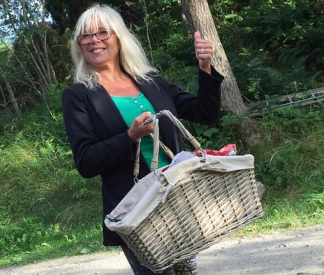 KOM OG KJØP!: Samantha Fox selger programmer på Hvaler, på konserten til Lindas sønn Adam. Samantha forteller til KK at hun elsker å være på Hvaler. FOTO: Samantha Fox/Fox2000