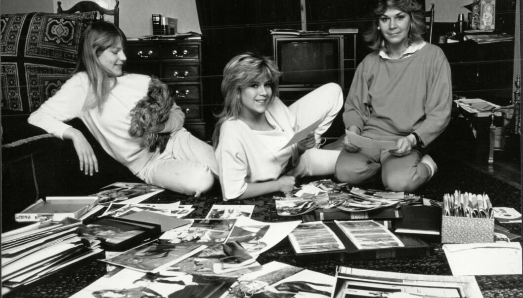 MINNER: En ung Samantha Fox ser på bilder og leser fanpost sammen med søster Vanessa og mamma Carole. FOTO: NTB Scanpix