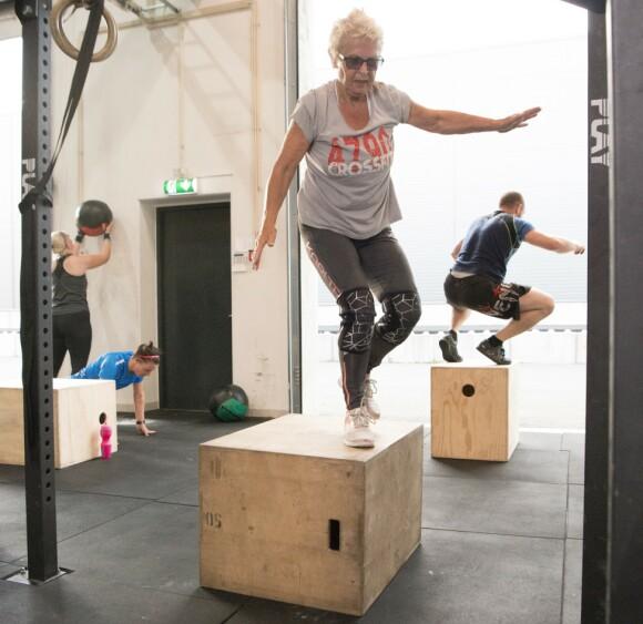 Helt ned på magen, og helt opp på kassen. Om igjen, og om igjen. Dette er crossfit, treningsformen som brukes av det amerikanske militæret. Og en oldemor i Lillesand. Foto: Eva Kylland