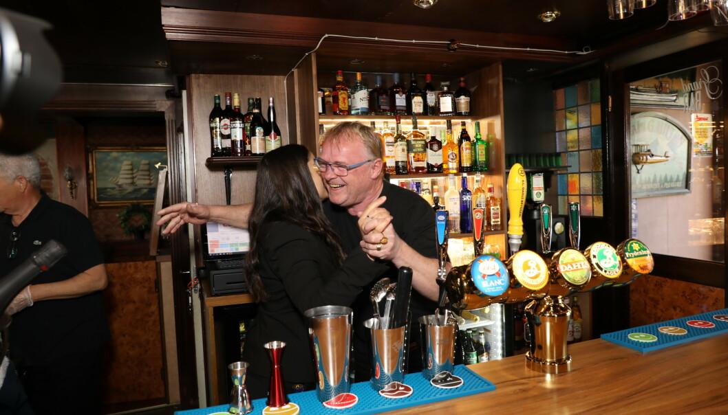 <strong>ÅPNINGSKLEMMEN:</strong> Paret kunne slippe jubelen løs da den første ølen var tappa og de første kronene hadde kommet inn. Foto: Morten Eik / Se og Hør