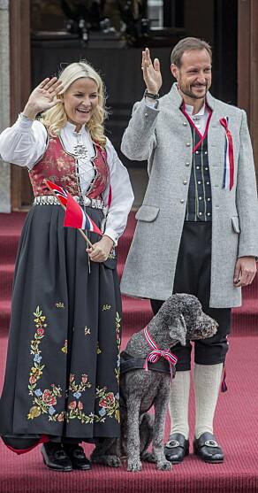 KONFIRMASJONSGAVE: Mette-Marit i Rogalandsbunad i 2013. Foto: NTB Scanpix