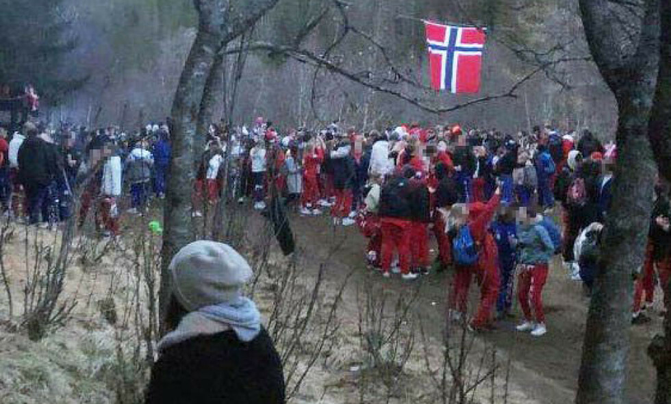 CORONA-PAUSE: Opp mot 200 ungdommer tett samlet, russ og andre, skapte ordensjobb for politiet hele natt til 17. mai på et samlingspunkt ved turområdet Maskinisten i Bodø. Foto: Nordland politidistrikt