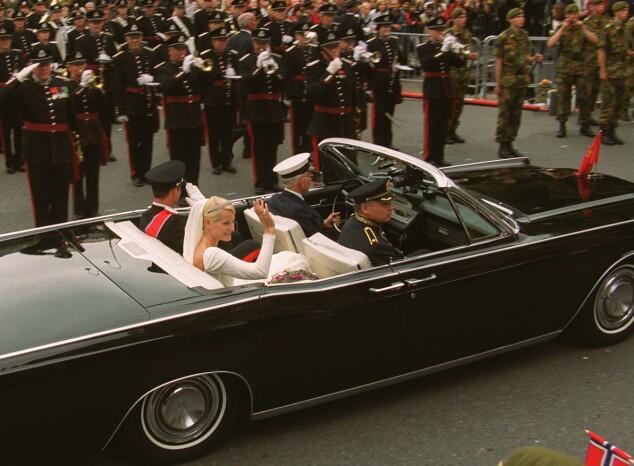 <strong>STOR DAG:</strong> Kongen og dronningen kjørte A1 under signingen i 1991. Foto: NTB Scanpix