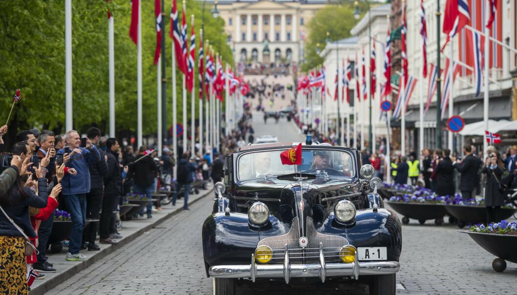 <strong>ÅPNE BILER:</strong> Konge- og kronprinsparet kjørte rundt i Oslo gater, til stor jubel fra de som fikk et glimt av de kongelige. Foto: NTB scanpix