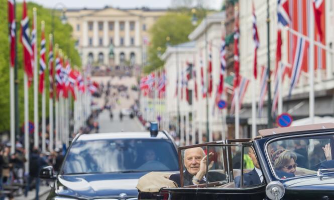 <strong>FOLKETS KONGE:</strong> Etter at kongefamilien hadde vinket på balkonen, tok de turen ut blant folket. Foto: NTB Scanpix