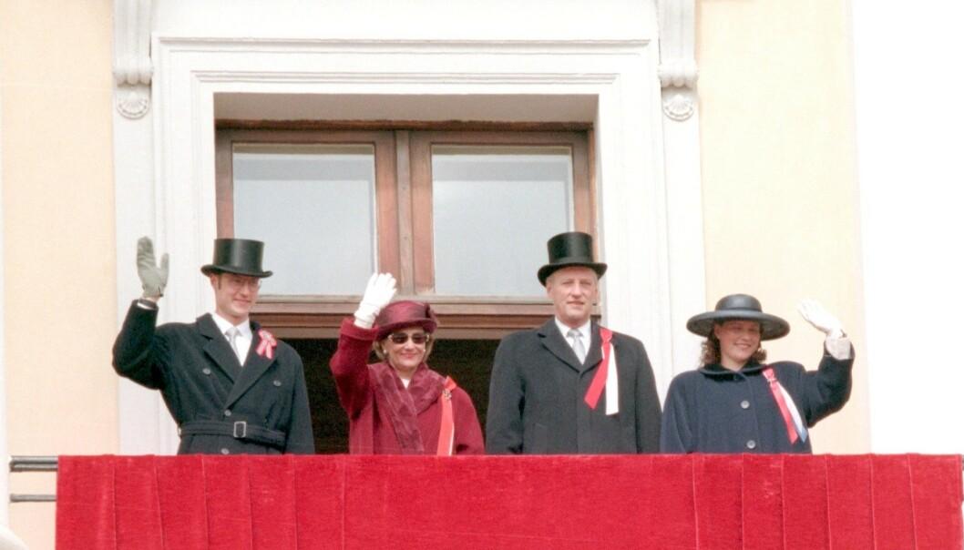 <strong>KONGEFAMILIEN:</strong> Kronprins Haakon, dronning Sonja, kong Harald og prinsesse Märtha Louise vinket til folket i 1996. Foto: NTB Scanpix