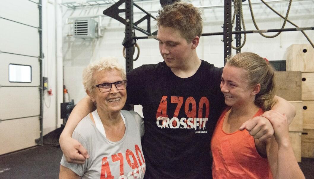 Motiverer hverandre: - Dere unge er så flinke til å gi meg «tommel opp». Jeg føler vi er på lik linje, selv om dere kunne vært barnebarna mine, sier Inger Maria til Sander (19) og Mariell (18). Foto: Eva Kylland