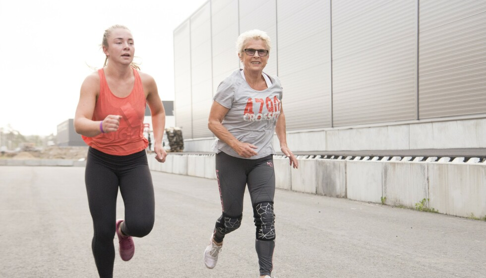 Lett på foten: Etter å ha trent et drøyt år merket Inger Maria plutselig at hun var så lett på foten, når hun løp opp og ned trapper. – Det skjer ikke over natten. Vi bygger oss opp over tid, sier hun. Mariell (18) er god treningskamerat. Foto: Eva Kylland