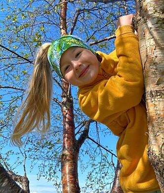 HØYT OG LAVT: Elida (6) er ei sporty jente og smertene kommer gjerne på kvelder hvor hun har vært i ekstra aktivitet. FOTO: Privat