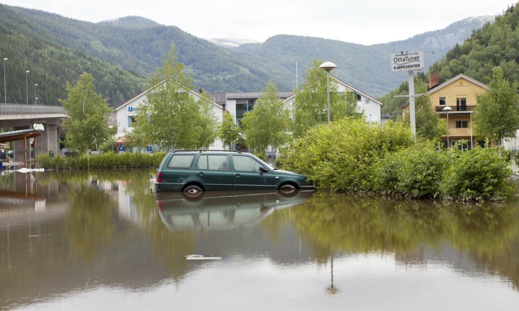 Deler av Otta sentrum sto under vann under flommen i juni 2011. Også i år ventes det storflom. Foto: Thomas Winje Øijord / NTB scanpix