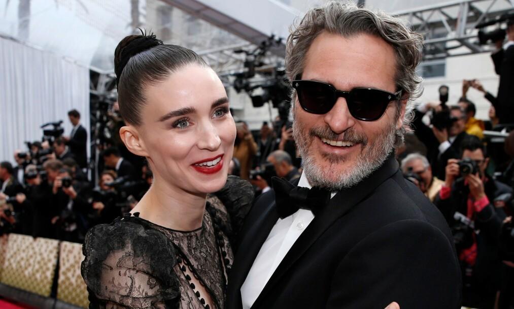 <strong>- BLIR FORELDRE:</strong> Her er Rooney Mara og Joaquin Phoenix sammen under årets Oscar utdeling i Los Angeles i februar. Foto: NTB Scanpix