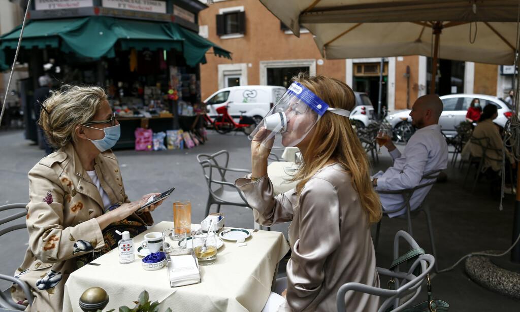 Endelig kan innbyggerne i Roma gå på kafé igjen. Foto: Cecilia Fabiano /LaPresse via AP / NTB scanpix