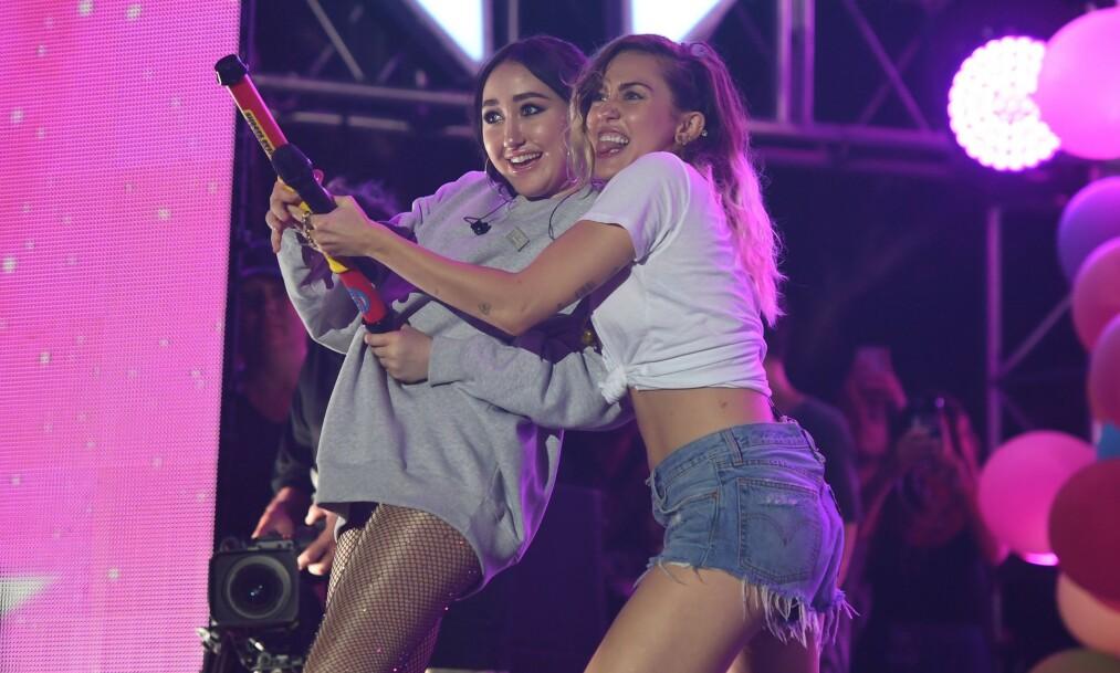 <strong>SØSTRE:</strong> Det skiller åtte år mellom søstrene Noah Cyrus og Miley Cyrus. Her fra 2017. Foto: NTB scanpix