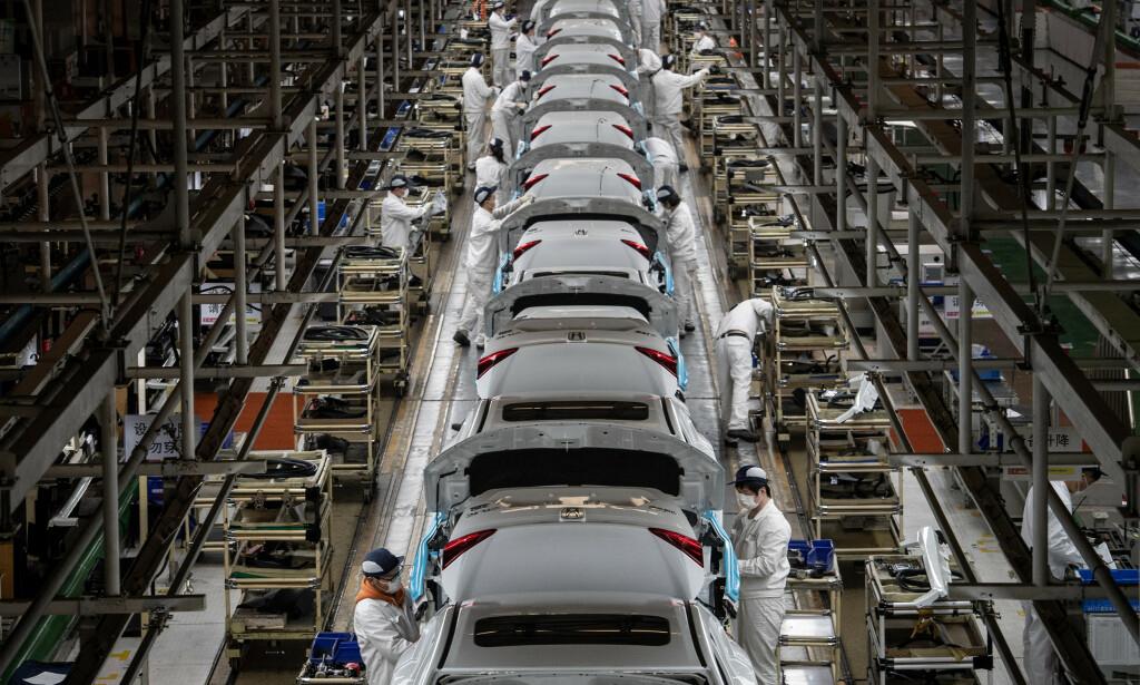 I GANG: Ved Hondas fabrikk i Wuhan er produksjonen i gang igjen, men enn så lenge selges det svært lite nye biler i Europa. Foto: Splash News / NTB scanpix