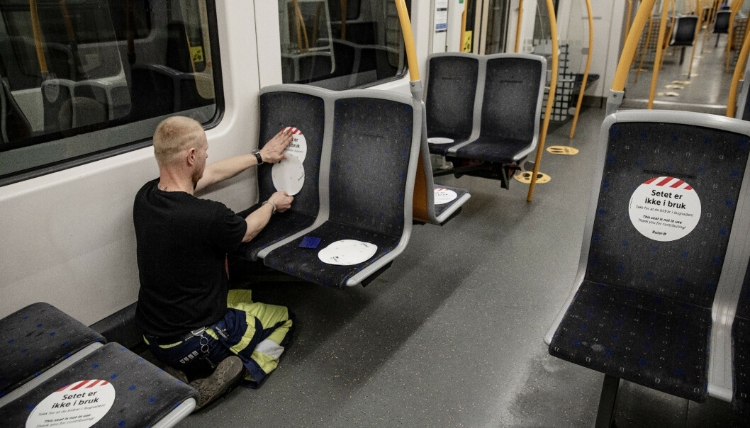 <strong>MERKING:</strong> Blant annet ved å merke seter som ikke er i bruk, skal man sikre avstand mellom passasjerene på t-banen. Foto: Nina Hansen/Dagbladet