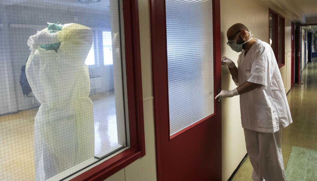 Bioingeniør Hassan Alhassani venter på en ny coronatest fra en av de ansatte ved Ullevål sykehus. Foto: Terje Bendiksby / NTB scanpix