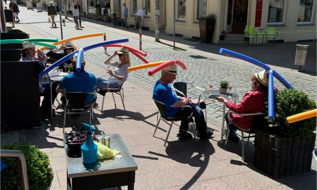 HOLD AVSTAND: Vanskelig å vite hvor lang unna adre man egentlig skal sitte? Café Rothe i den tyske byen Schwerin hadde denne løsningen på utfordringen da kaféen åpnet igjen etter coronalukkingen. Foto: Café Rothe Schwerin/ Jacqueline Rothe