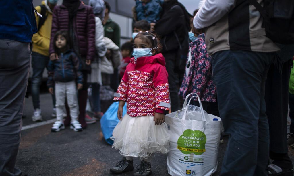 OVERFYLT: Flyktninger og migranter ble tidligere i måneden flyttet fra Moria på Lesbos til det greske fastlandet på grunn av overfylte leirer. Dette bildet er tatt 4. mai da Hellas flyttet 400 mennesker, for det meste familier. Foto: Petros Giannakouris / AP / NTB Scanpix