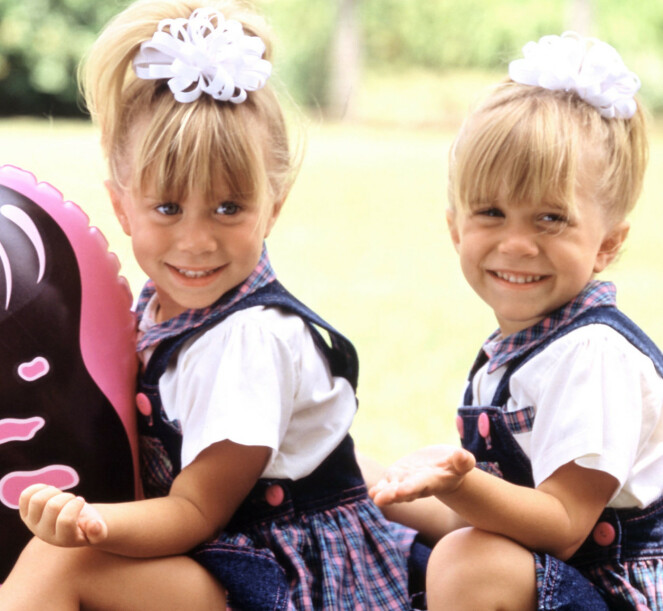 DOBBELTROLLE: Ashley Olsen og Mary-Kate Olsen delte på rollen i «Huset fullt», ettersom lovgivningen tillot barn å bare jobbe et begrenset antall timer foran kamera. FOTO: NTB Scanpix