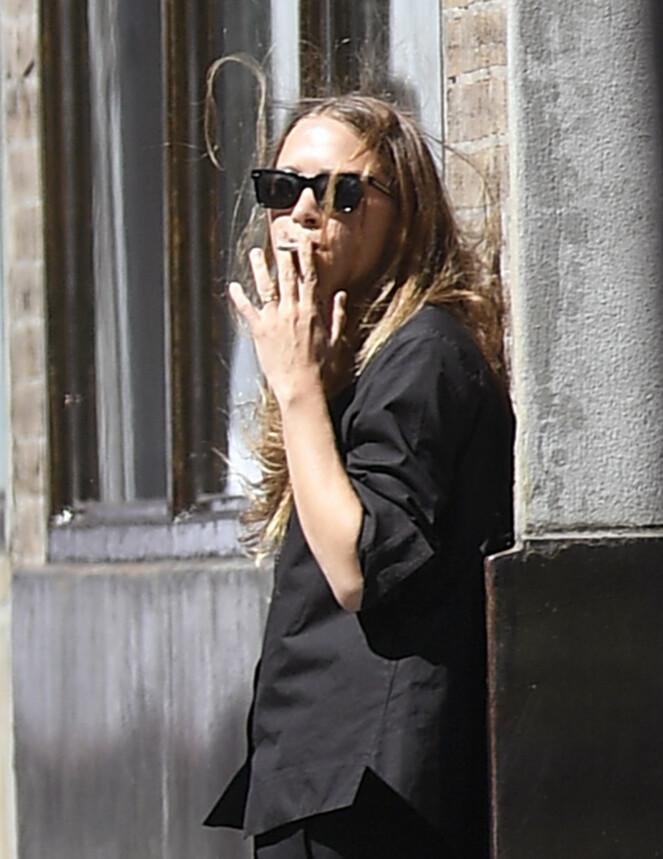 PUST I BAKKEN: Olsen-tvillingene Mary Kate-Olsen og Ashley Olsen har vokst opp med kamera på seg, selv i de mest private øyeblikk. Her utenfor designerduoens New York-kontor. FOTO: NTB Scanpix