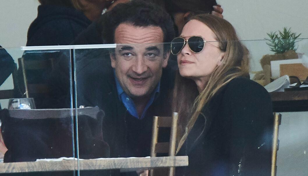 FØLG MED NÅ: Mary-Kate Olsen og mannen Olivier Sarkozy under sprangridning-konkurransen Longines Global Champions Tour i 2019. FOTO: NTB Scanpix