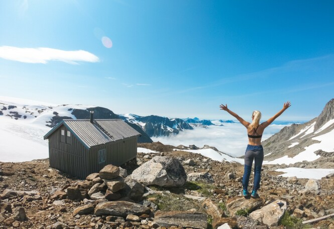 TURISTHYTTE: Den hytten du ser på bildet her, regnes for å være Norges mest utilgjengelige turisthytte. Men for en utsikt?! FOTO: Privat