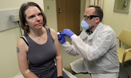 DEN ALLER FØRSTE: Jennifer Haller i Seattle er i likhet med Ian Haydon blant de 45 frivillige som er med i førstefaseuttestingen av Modernas covid-19-vaksine. Hun var den aller første som testet vaksinen da hun fikk injeksjonen allerede den 16 mars - bare fire dager etter at Norge stengte ned. Foto: AP/NTB Scanpix