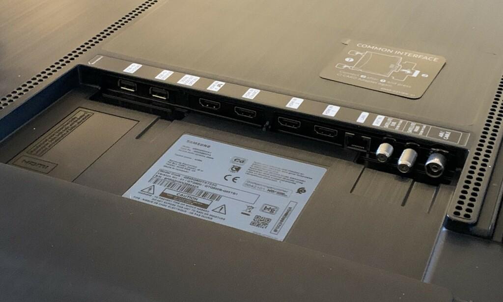 KONTAKTER: Fire HDMI-innganger, to USB-porter og nettverkskontakt, er noe av det du kan koble til i brønnen på baksiden. Foto: Bjørn Eirik Loftås