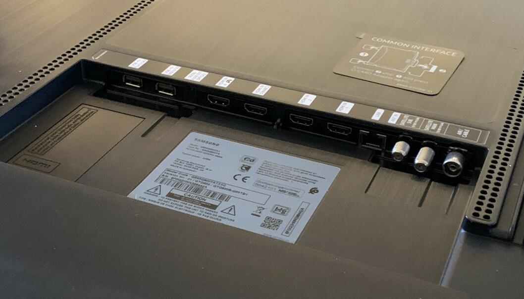 <strong>KONTAKTER:</strong> Fire HDMI-innganger, to USB-porter og nettverkskontakt, er noe av det du kan koble til i brønnen på baksiden. Foto: Bjørn Eirik Loftås