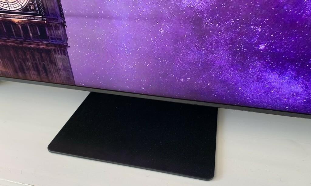 SMALFOT: Stor TV betyr som regel at du må ha et bredt bord å sette den på. Det er ikke tilfelle med denne TV-en. Foto: Bjørn Eirik Loftås