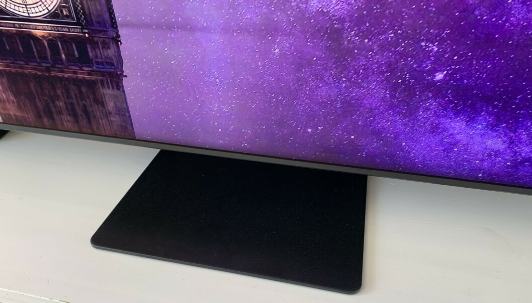 <strong>SMALFOT:</strong> Stor TV betyr som regel at du må ha et bredt bord å sette den på. Det er ikke tilfelle med denne TV-en. Foto: Bjørn Eirik Loftås