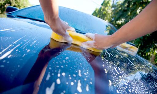 Så lenge du velger riktige produkter, er det ingenting i veien for å vaske bilen hjemme, mener Miljødirektoratet. Foto: NTB scanpix.