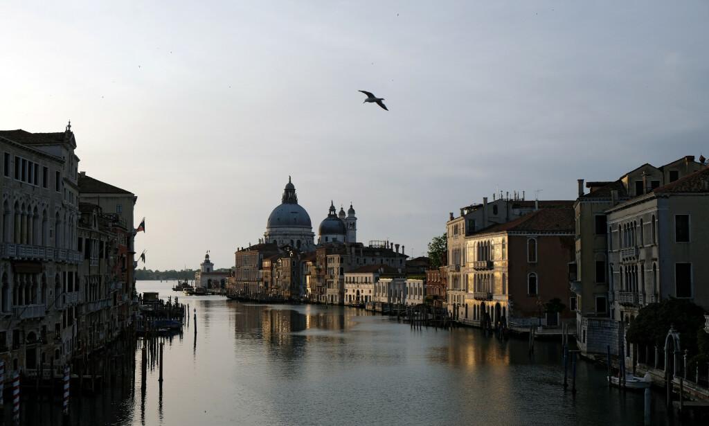 TOMT: De utenlandske turistene har forlatt en av Italias mest elskede byer – jaget bort av coronaviruset. Bildet viser en nær tom kanal i storbyen 18. mai. Foto: Manuel Silvestri / Reuters / NTB Scanpix