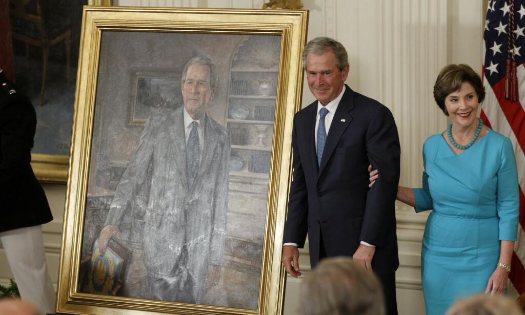2012: Tidligere president George W. Bush og hans kone Laura foran hans portrett under avdukingsseremonien i Det hvite hus, 31. mai 2012. Foto: Charles Dharapak / AP / NTB Scanpix
