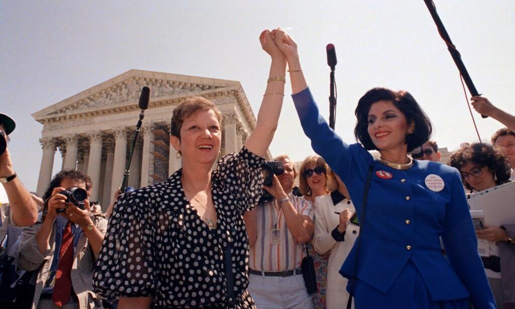 ABORTSEIER: Norma McCorvey (t.v.) utenfor amerikansk høyesterett sammen med sin advokat, Gloria Allred i 1989. Da var hun fortsatt tilhenger av selvbestemt abort. Foto: AP Photo/J. Scott Applewhite, File