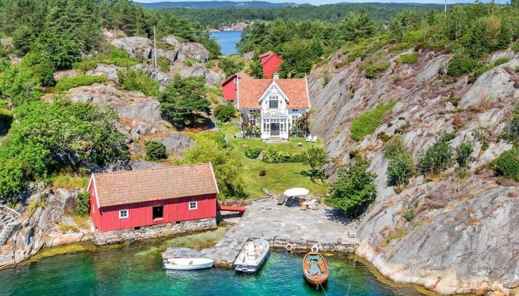 <strong>30 MILLIONER:</strong> Gustav Sædberg har fått i oppdrag å selge denne fritidseiendommen på Steinsøya i Gamle Hellesund kommune. Foto: Stein Olsen