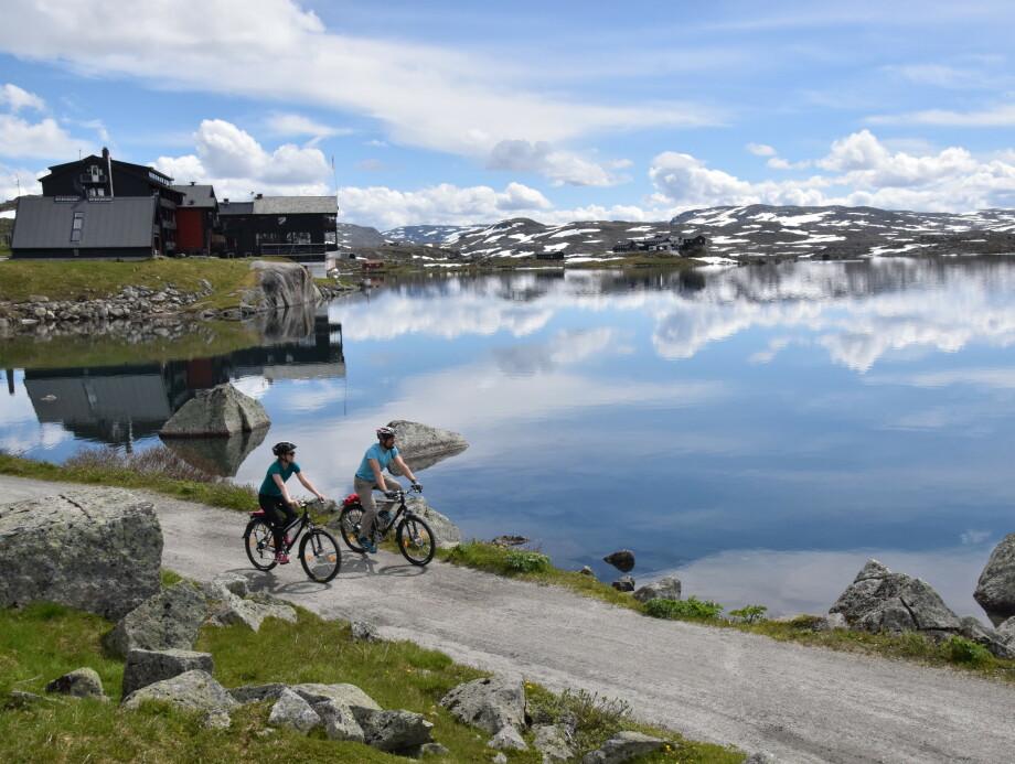 <strong>NORGESFERIE:</strong> Sykkel er en flott måte å oppleve Norge på. Her på Rallarvegen mot Finse. FOTO: Mari Bareksten/Magasinet Reiselyst