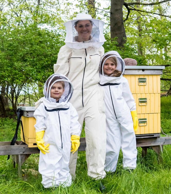 <strong>I HAGEN:</strong> Den svenske kronprinsessefamilien har bier i hagen, og tidligere denne uken fikk Estelle og Oscar treffe biene for første gang. Foto: NTB Scanpix