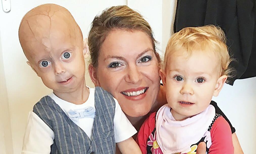 MAMMAS TO HJERTEKNUSERE: Mamma Nadine sammen med Luke og Lea for ett år siden. Foto: Media Drum World